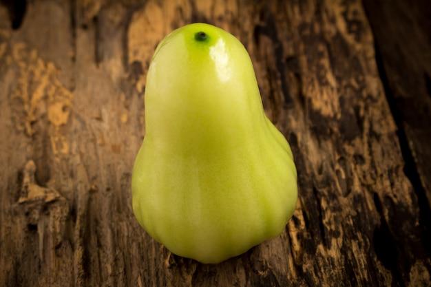 木製のグリーンローズアップル。