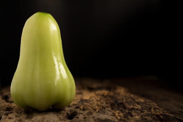 木製のグリーンローズアップル。ダーク