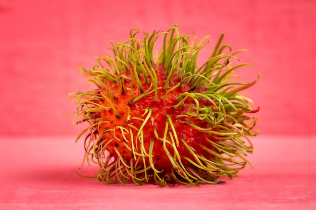 Рамбутан фруктовый по цвету дерева розовый