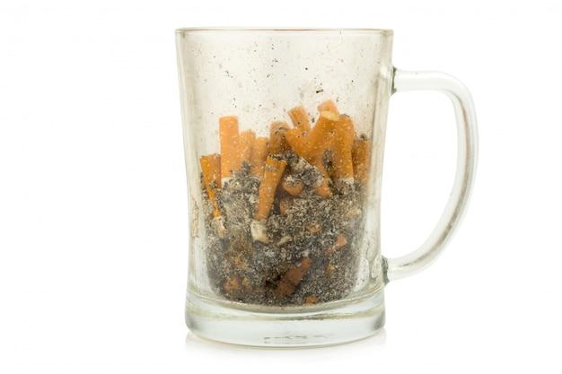 白い背景で隔離水ガラス灰皿タバコ
