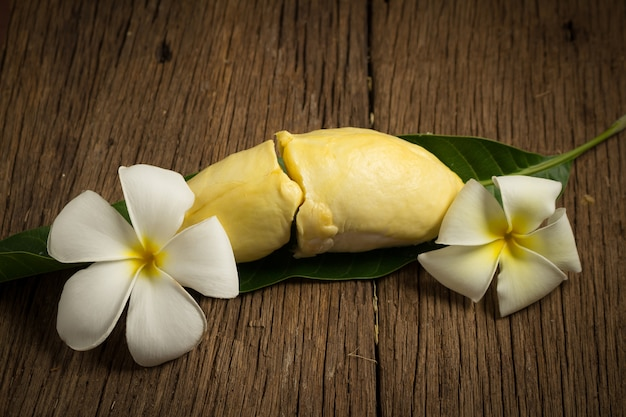 ドリアンは熟した皮を剥いた。木製のテーブルの床に果物タイの王