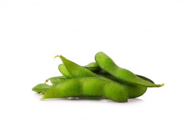 白い背景の上の緑の大豆