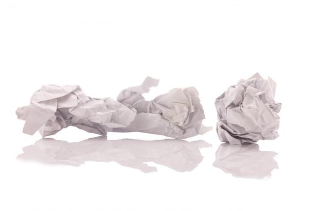 しわくちゃの紙の白い背景で隔離