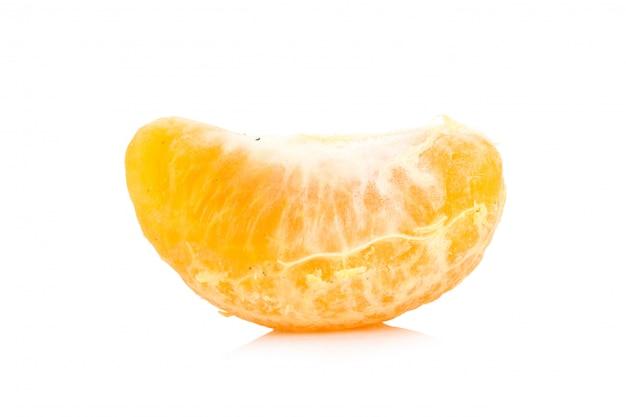 オレンジ。腐った。汚れた。熟した。皮。白い背景で隔離