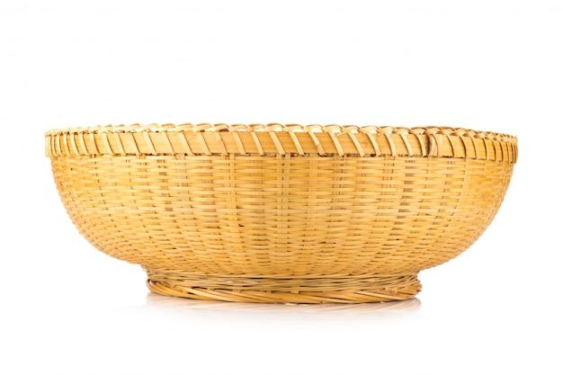 白い背景で隔離の枝編み細工品バスケット
