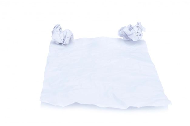 手作りのしわくちゃの紙と紙のボールの白い背景で隔離