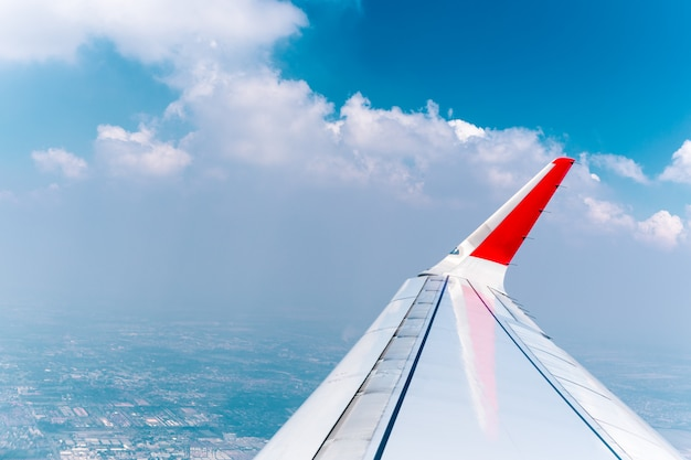 雲と空と飛行機の窓を通して見る。