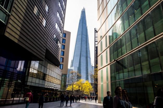 手前の観光客のぼやけた動きとロンドンの建物の破片。