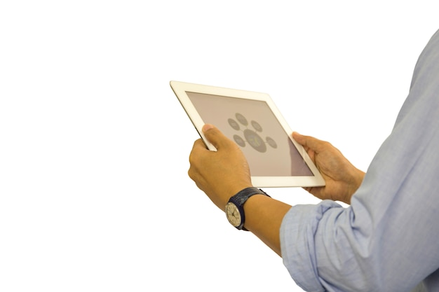 クリッピングパスで分離されたタブレットに取り組んでいるビジネスマン。