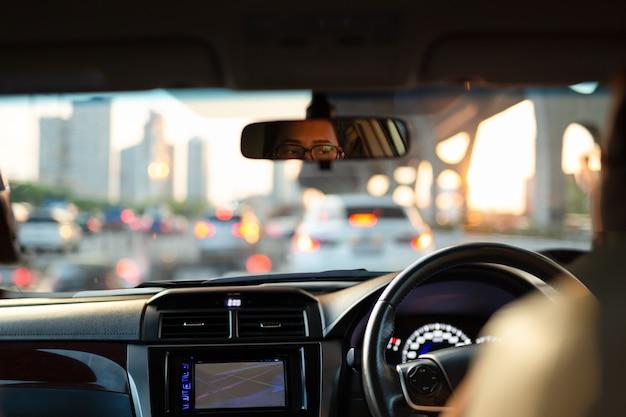渋滞で立ち往生している間彼女の車にうんざりして探している女性。