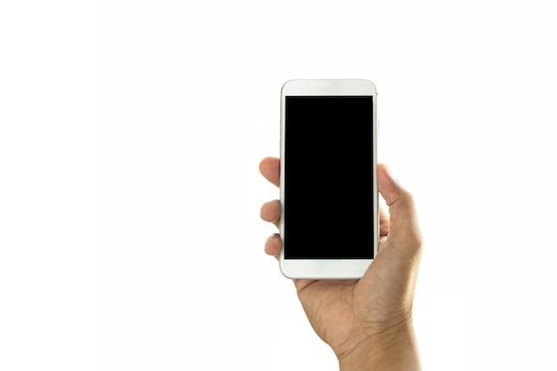 Рука держит мобильный телефон на белом