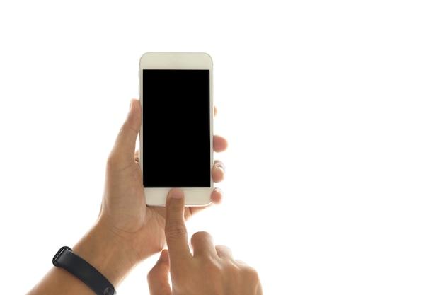 Рука с помощью мобильного телефона