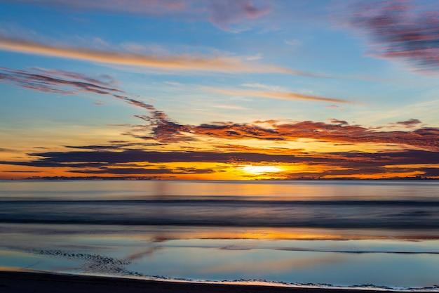 夏の海に沈む夕陽。