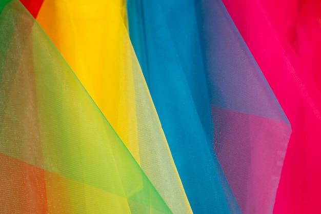 Традиционный магазин ткани со стеками красочных тканей на рыночных прилавках.