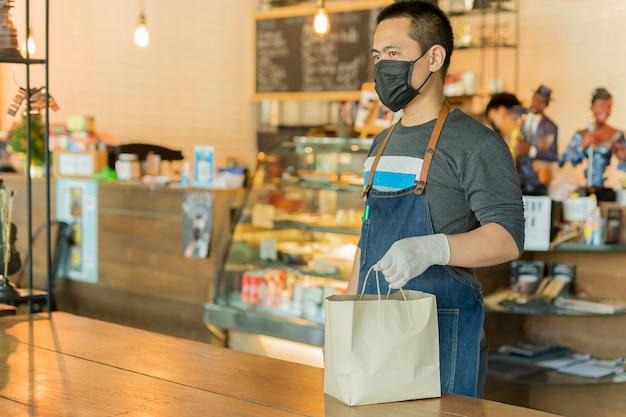 Официант, обслуживающих еду на вынос для клиента социальной концептуальной дистанции.
