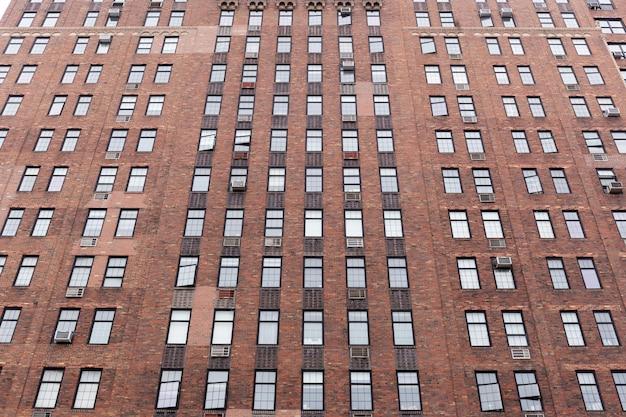 ニューヨーク市の建物での反射がある窓