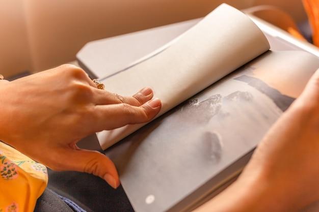 飛行機に乗っている間に読書をすることによって女性乗客死の時間。