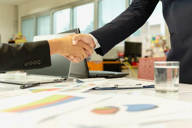 オフィスでの取引後の成功したビジネスマンハンドシェイク契約。