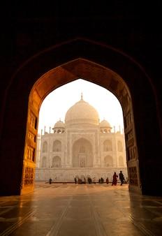 インドのアグラでタージ・マハルを訪れる観光客。