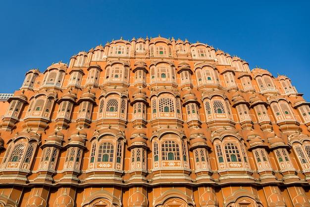 インド・ジャイプールのハワ・マハル宮殿。