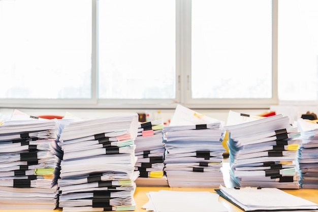 事務机の上の未完成の書類の山。