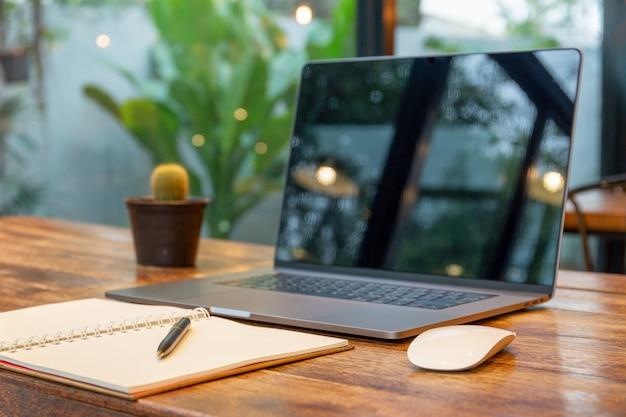 Блокнот с пустым пространством и ручкой с ноутбуком и проводом