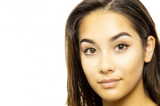 混血の若い女性の顔の肖像画