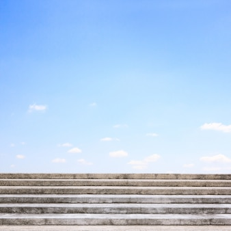 Каменная или старая бетонная лестница