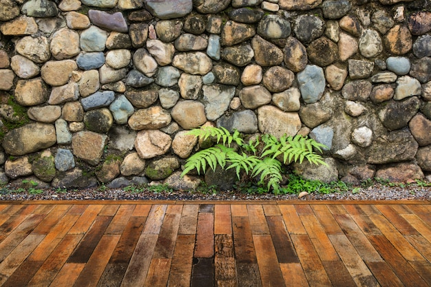 石の壁の背景と木製のデッキ。