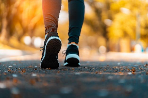 トレイル健康的なライフスタイルのフィットネスにスポーツの足を実行している運動選手