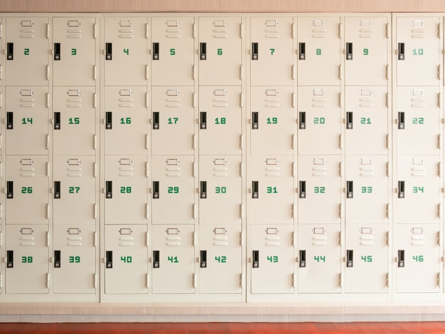 Ряд школьных шкафчиков