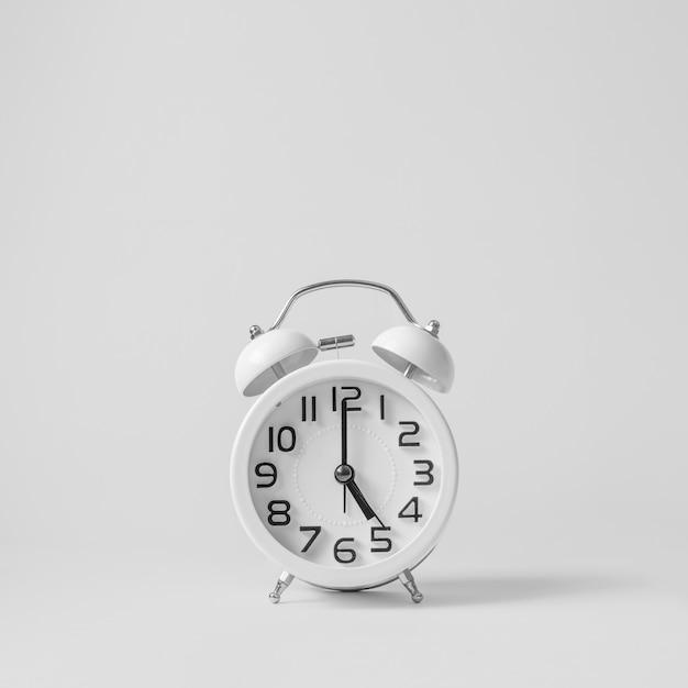 白地に白のビンテージの目覚まし時計