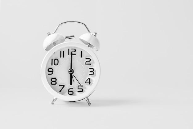 ホワイトヴィンテージの目覚まし時計