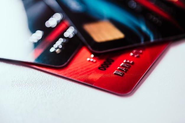 テーブルの上のクレジットカード。