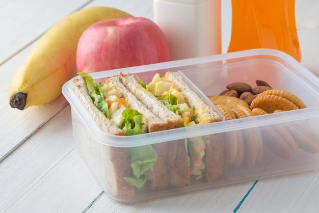 Ящик для завтрака, салат из яиц с кусочком сэндвич и миндалем, крекинг с арахисовым маслом с фруктами