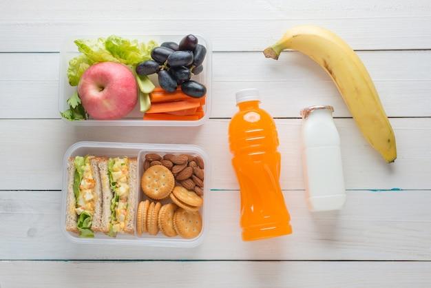 Ящик для завтрака, салат из яиц с сэндвичем и миндалем, крекер с арахисовым маслом с фруктами