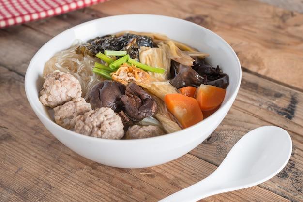 きれいなスープに豆腐と豚肉を混ぜたもの。