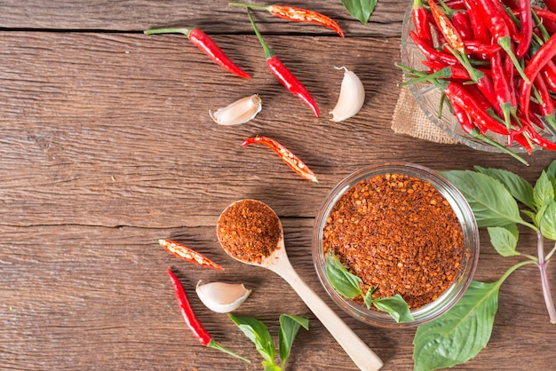 チリパウダー、赤い唐辛子、木製の背景。