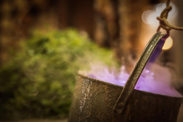 紫の魔法の煮物や有毒な毒スープの魔女の大釜。