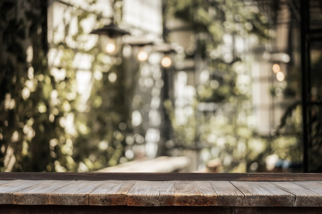 テーブルと電球装飾屋内庭園の前に木製のテーブル