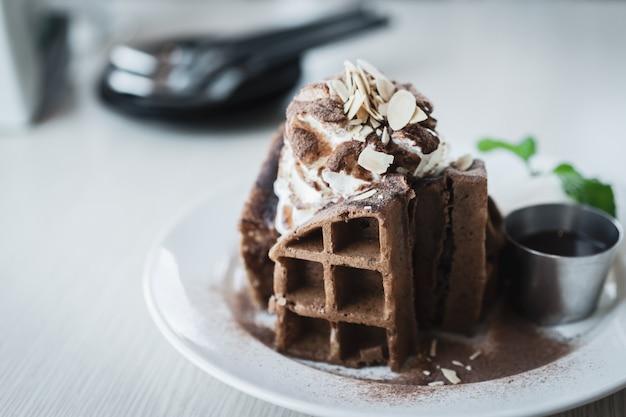ベルギーのチョコレートワッフルとアイスクリーム、朝食またはティータイムのパン