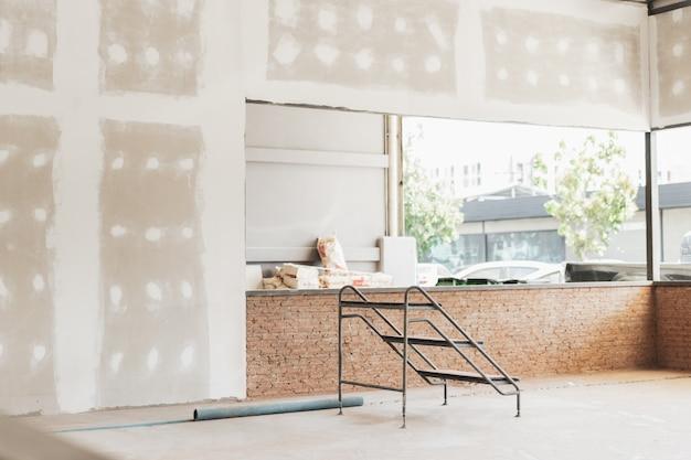 建設中の家のインテリア。改修の概念
