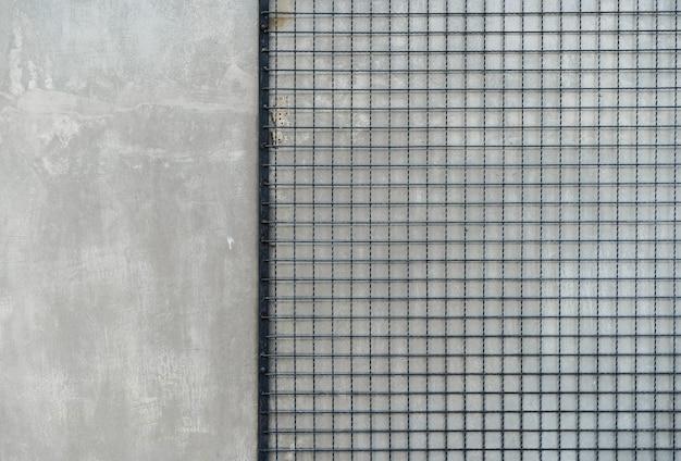 セメントの床の背景スチールチェーンリンクまたは金網と灰色の壁
