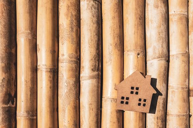 Модель дома на деревянном столе, символ для строительства