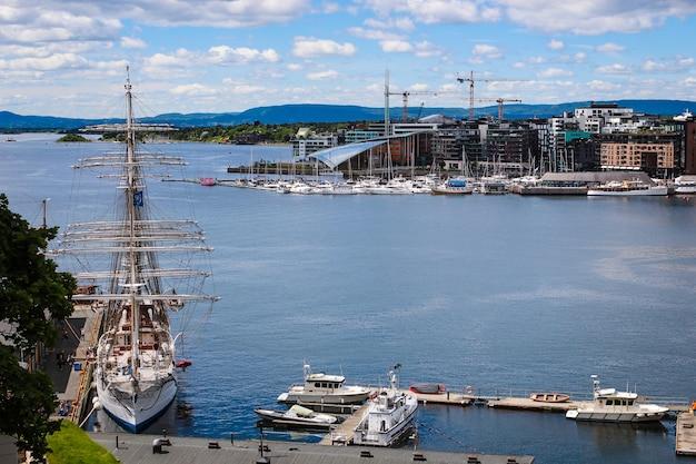 ノルウェー、オスロの港の青い空を背景に帆船
