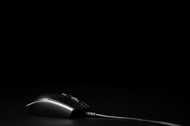 黒の背景に分離されたコンピューターのマウス