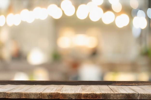 装飾的な屋内のひもの前に木製のテーブルライト。