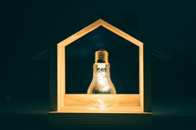 テーブルの上の木の家の電球