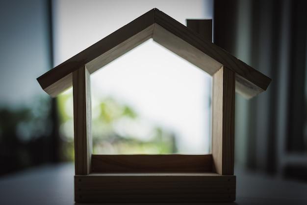 Модель деревянного дома, символ для строительства