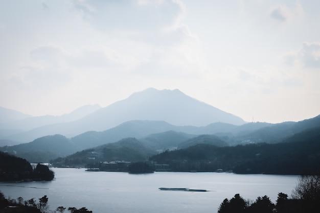韓国の風景、山、湖。ブルートーン。